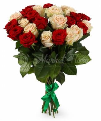 Микс из 25 красных и кремовых роз